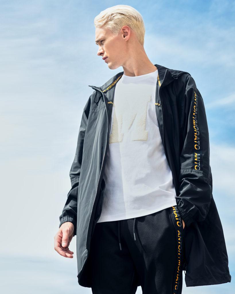 antony-morato-modello-maglia-bianca-giacca-nera