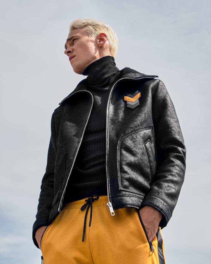 modello-antony-morato-pantalone-giallo-dolcevita-nero