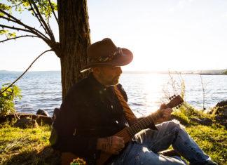 jack-jaselli-suona-la-chitarra-al-tramonto