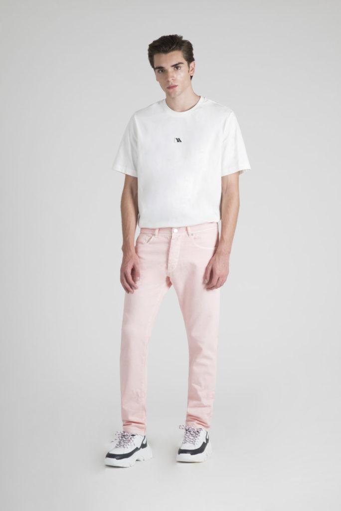 model-am318-white-tshirt-pink-trousers
