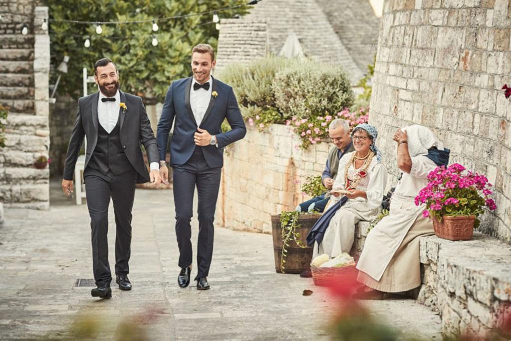 matrimonio-in-puglia-tenuta-monacelle-due-uomini-in-smoking-camminano