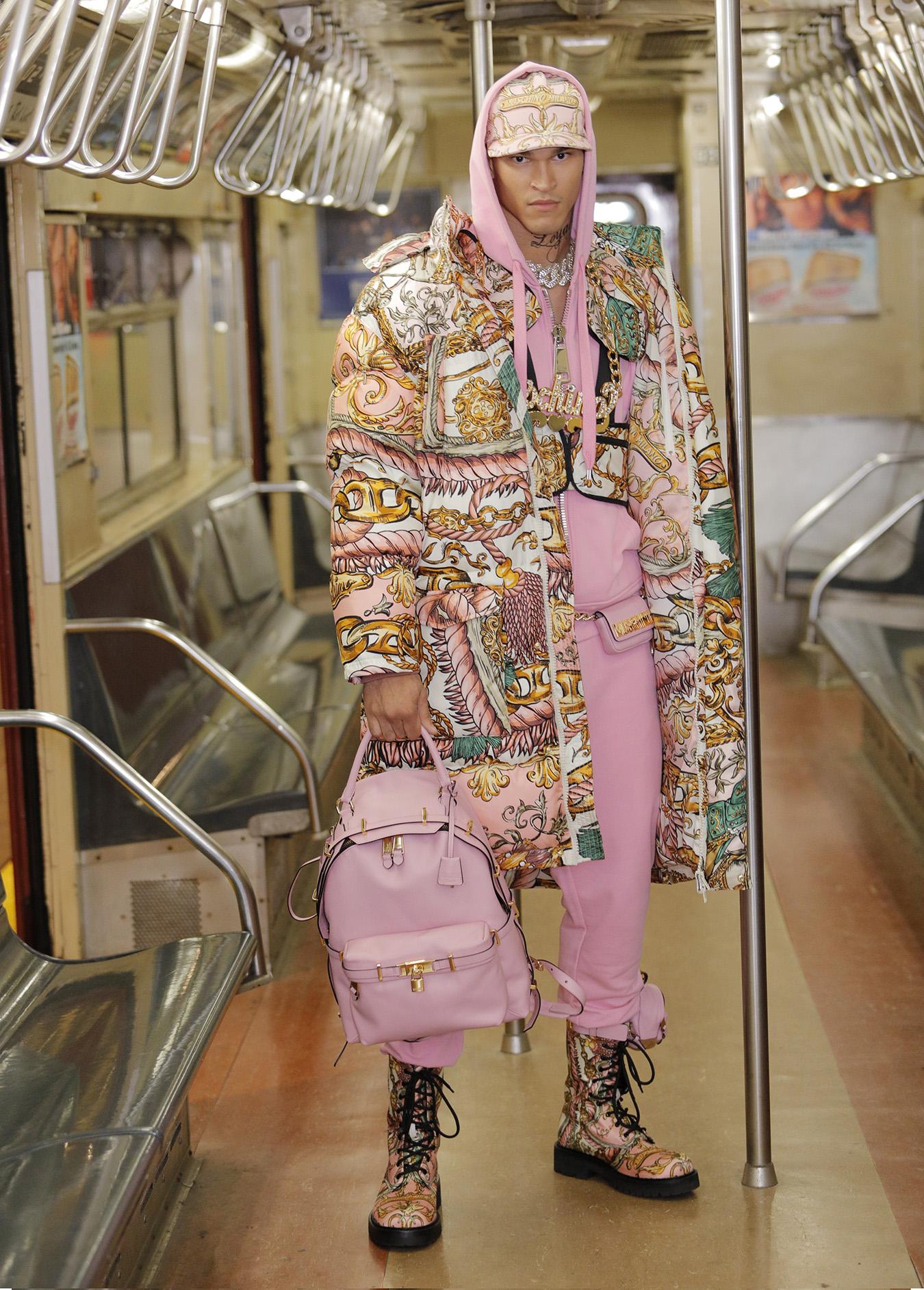 A New York Moschino porta l'ironia della street couture