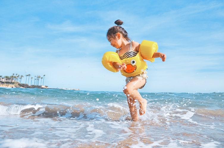Al mare con i bambini: 7 trucchi per tenerli impegnati