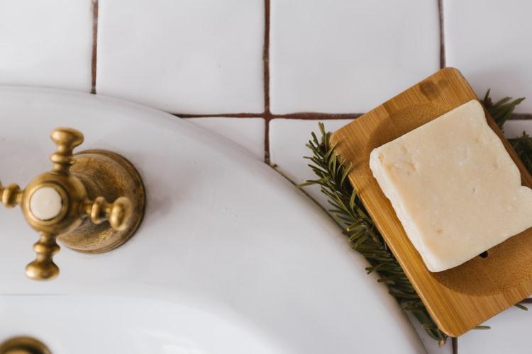 Arredare bagni piccoli con stile senza sacrificare la tecnologia