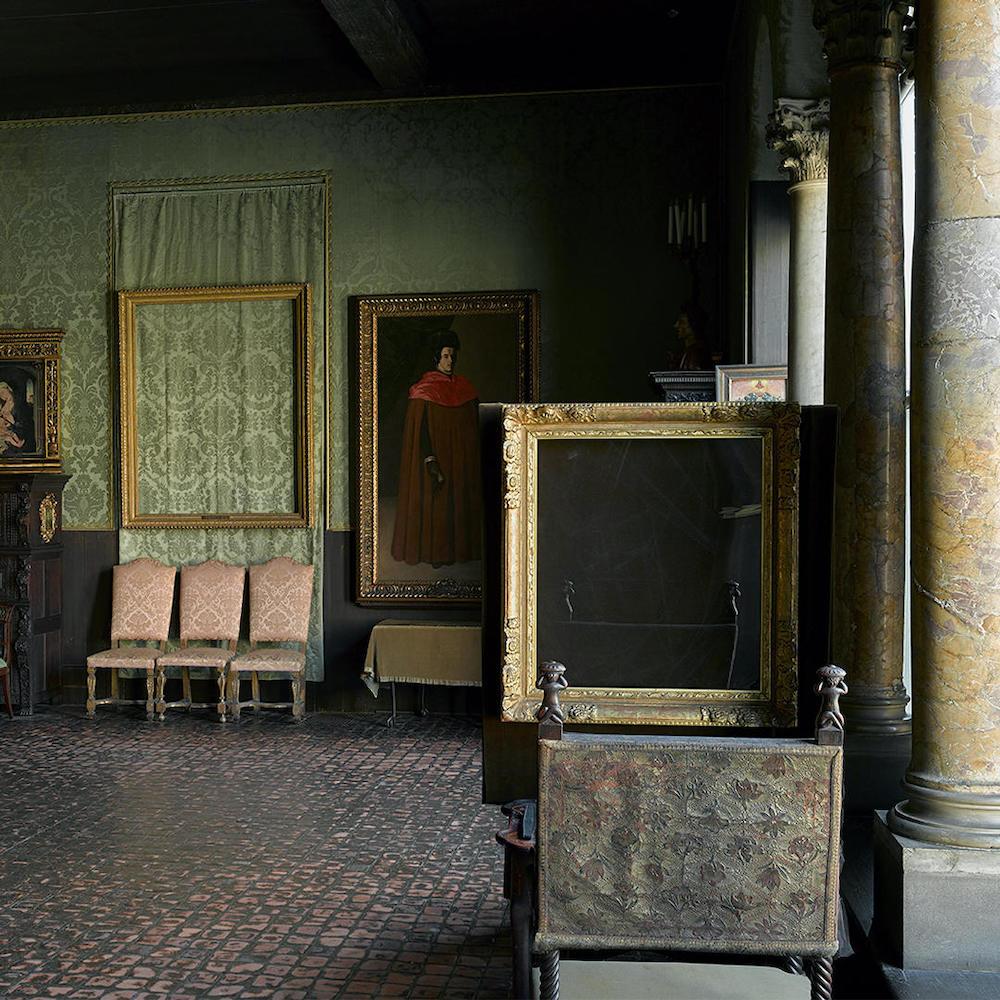le cornici vuote appese alle pareti del museo