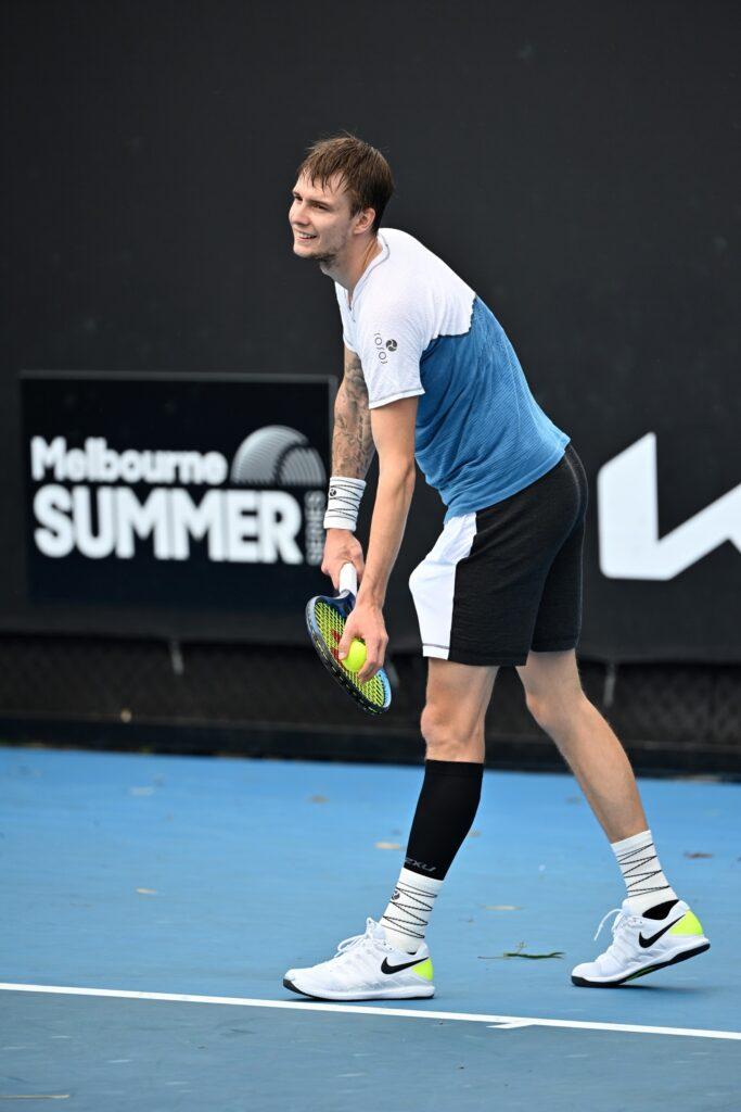 Il tennista Aleksandr Bublik indossa un completo YOXOI agli Australian Open 2021