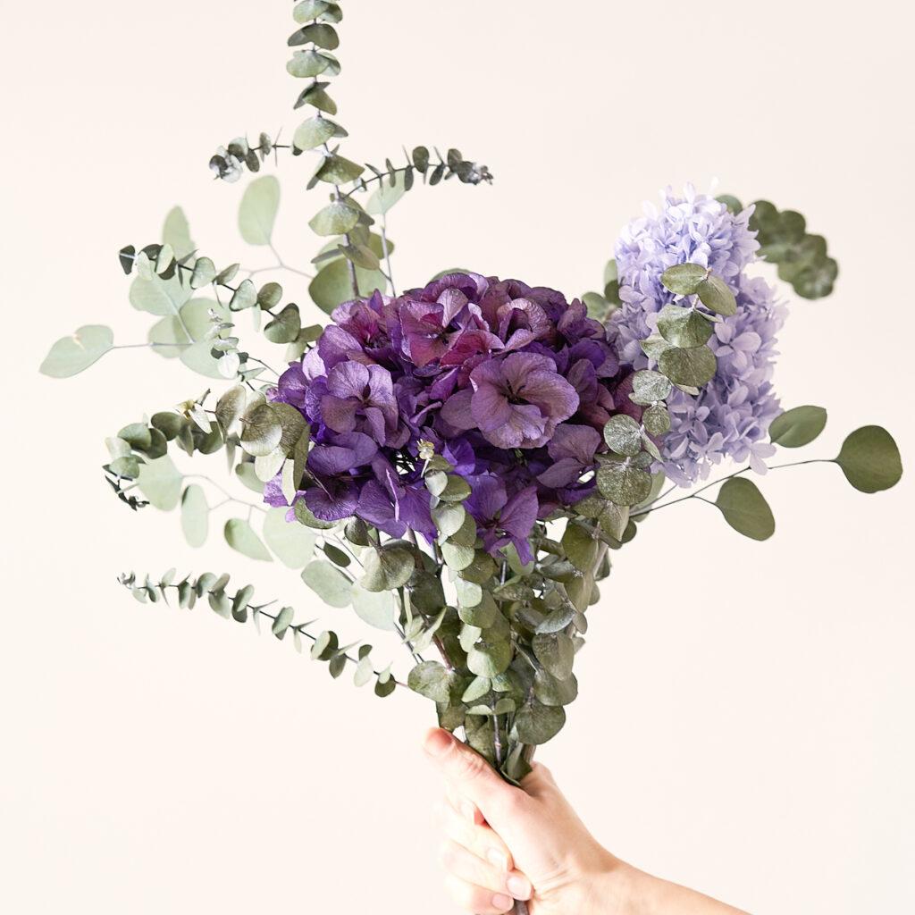 Bouquet MIRAI Flowers Cloe con fiori stabilizzati nelle raffinate nuance del viola