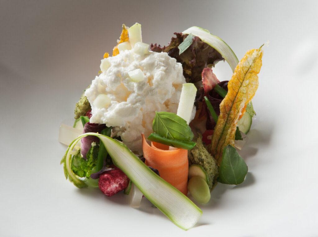 Uno dei piatti del Menu Radici, Tuberi e Vegetali realizzati da Raffaele Lenzi, chef di Berton Al Lago