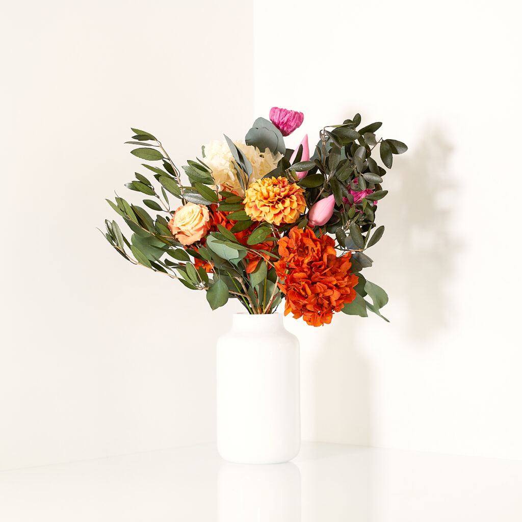 Bouquet Jade by MIRAI Flowers realizzato con fiori stabilizzati nelle tonalità calde del fucsia e dell'arancio
