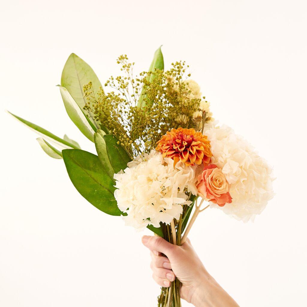 Bouquet June di fiori stabilizzati MIRAI Flowers raffinato e allegro che abbina fiori bianchi e arancioni
