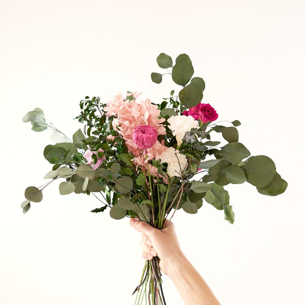 Stella: un bouquet di fiori MIRAI rosa ed eucalipto stabilizzati e sostenibili