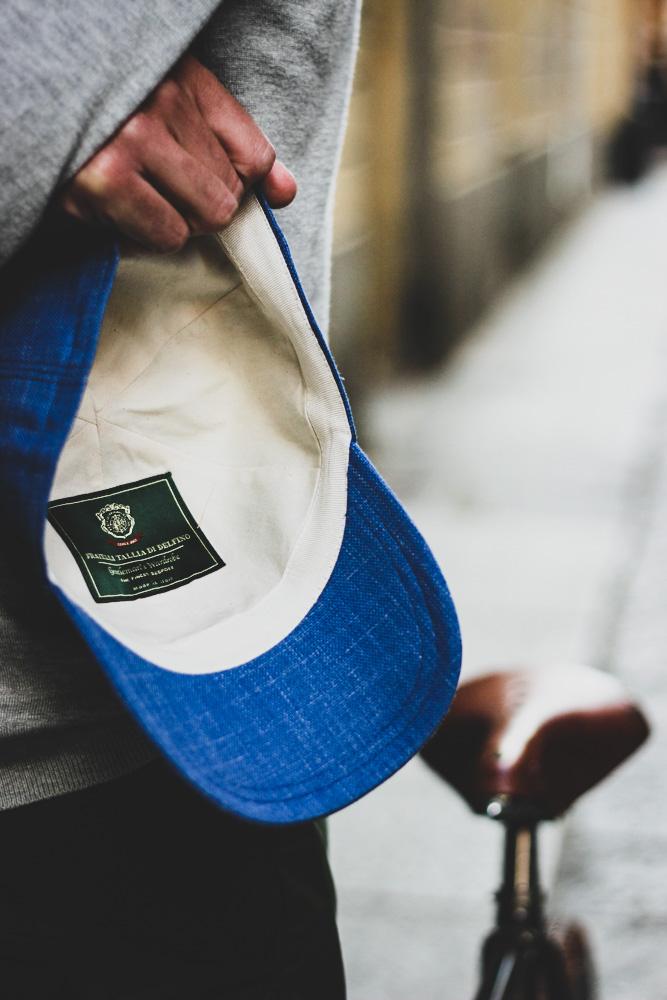 Cappellino con visiera azzurro realizzato su misura con i tessuti del lanificio Fratelli Tallia di Delfino