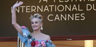 Sharon Stone sfila sulla Croisette del Festival di Cannes 2021 in uno splendido abito D&G
