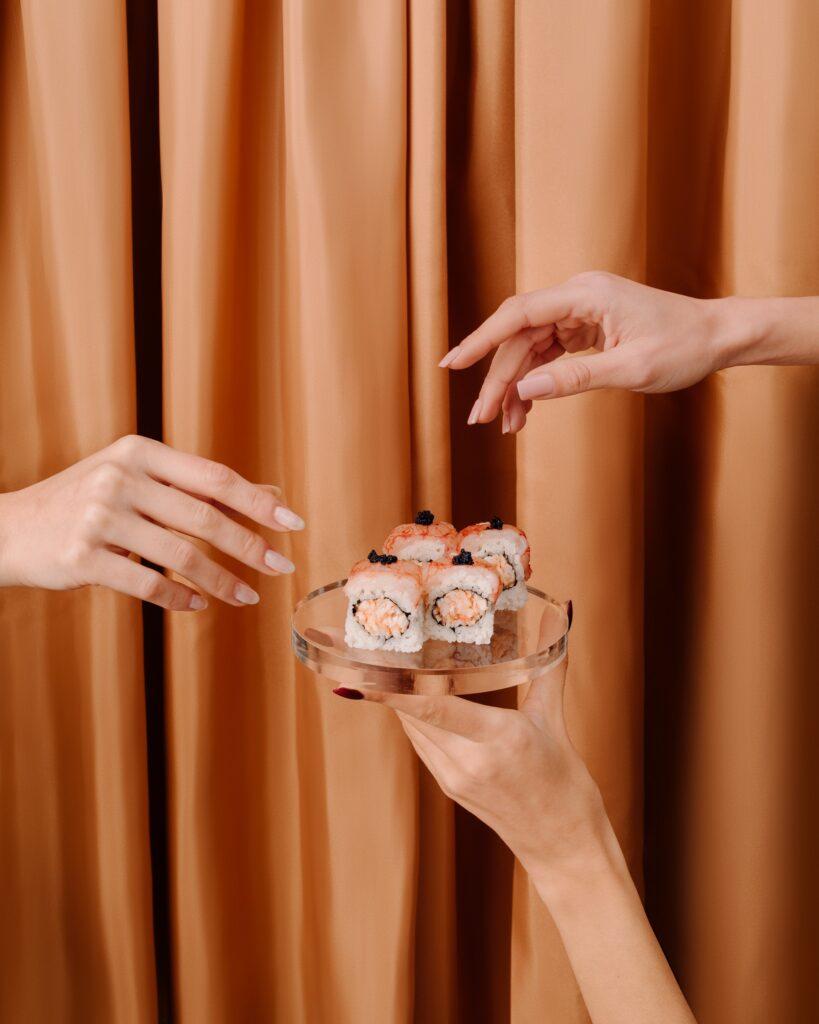 Gli uramaki di Armonico Sushi Culture con gambero crudo