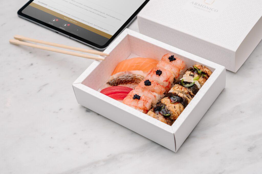 Box degustazione con nigiri misti e uramaki gambero crudo e unagi