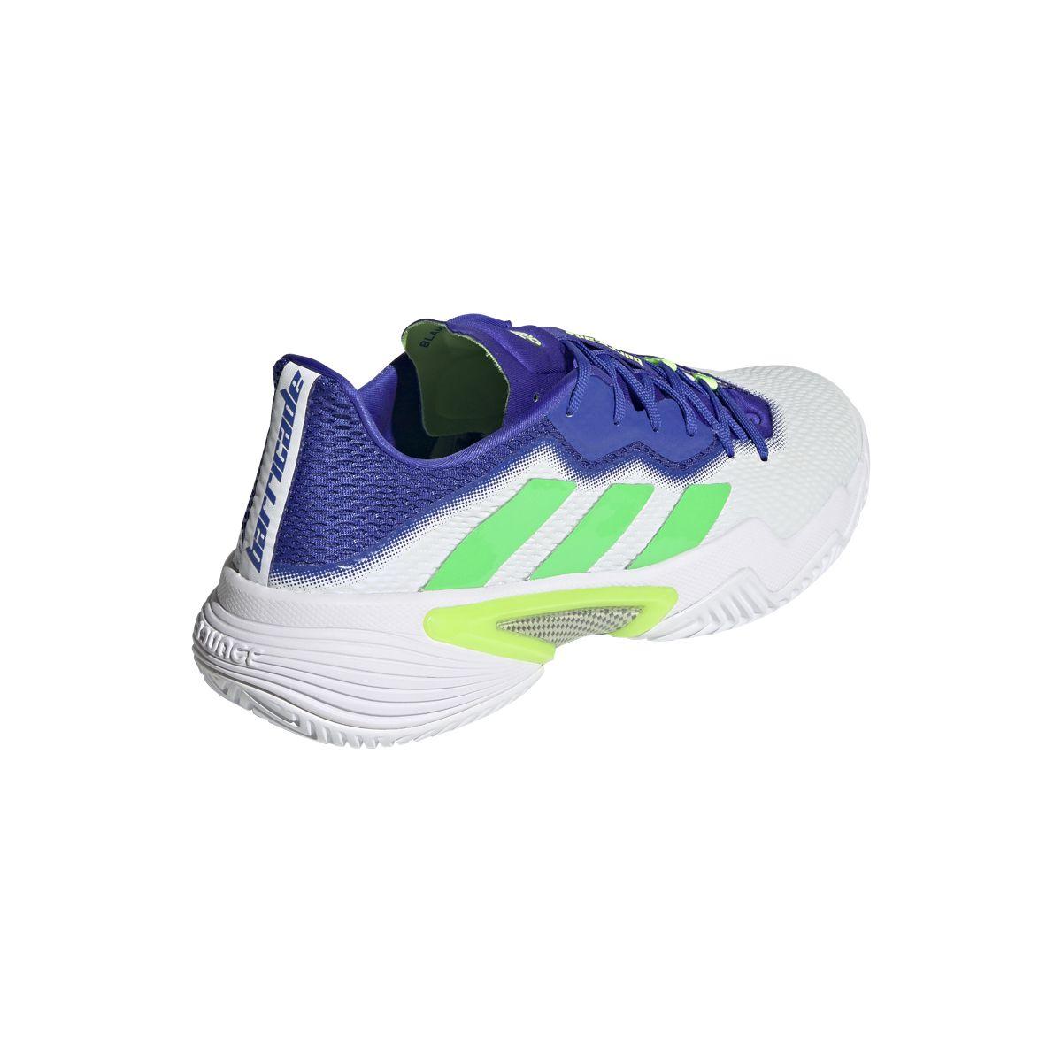 Le nuove Adidas Barricade bianche con inserti azzurri e verdi