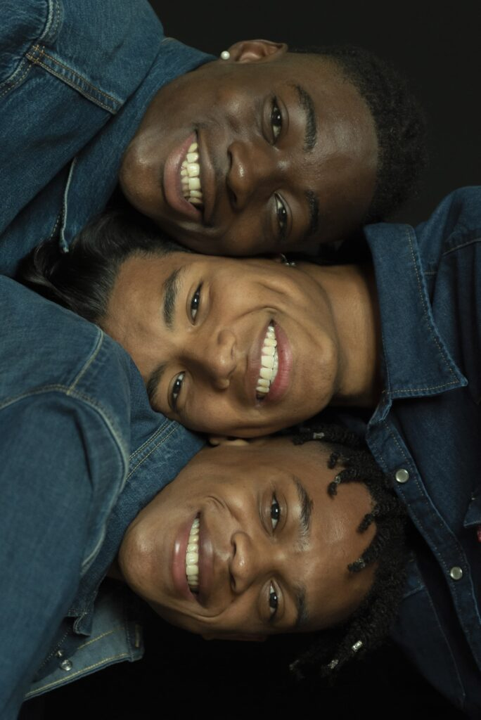 Uno scatto in primo piano di Daniel, Clinton e Santiago durante lo shooting per Levi's