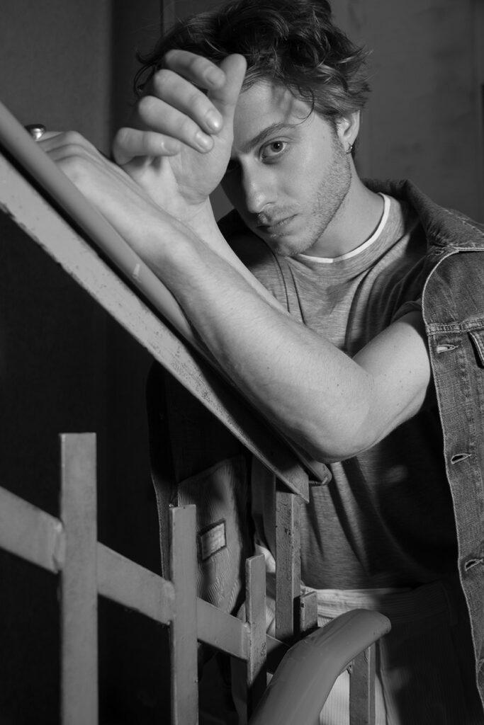 Immagine in bianco e nero dell'attore Michele Ragno, protagonista di School of Mafia e della prossima serie TV di Marco Bellocchio