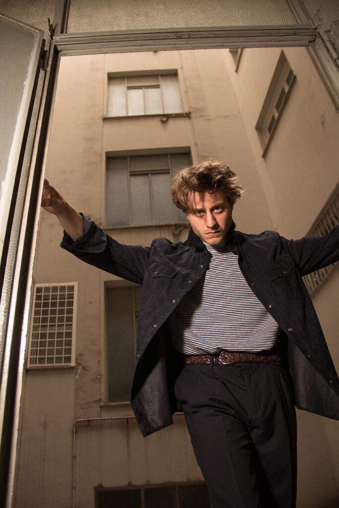Michele Ragno sceglie un total look Brunello Cucinelli che abbina giacca in nappa, maglia a righe e pantalone