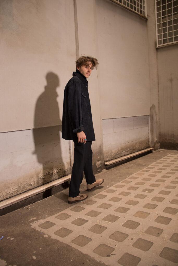 Michele Ragno in un outfit Brunello Cucinelli composto da camicia a scacchi e giacca con maniche rivoltate