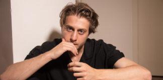 L'attore pugliese Michele Ragno in un total black outfit firmato da Brunello Cucinelli