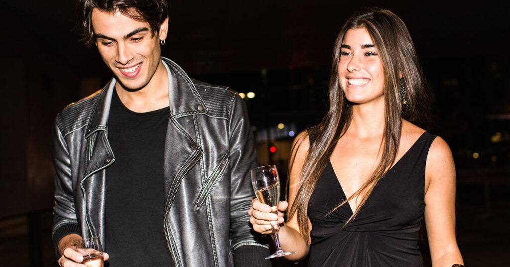 Il primo appuntamento di due ragazzi che si sono conosciuti grazie a una dating app