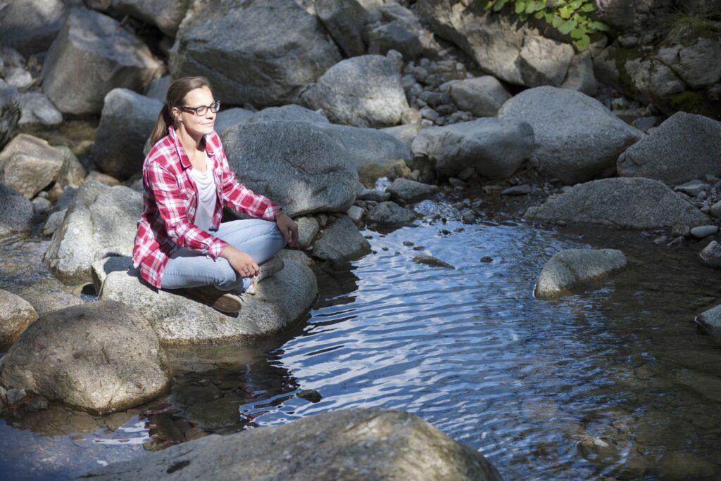 Un momento di relax e meditazione in riva al ruscello