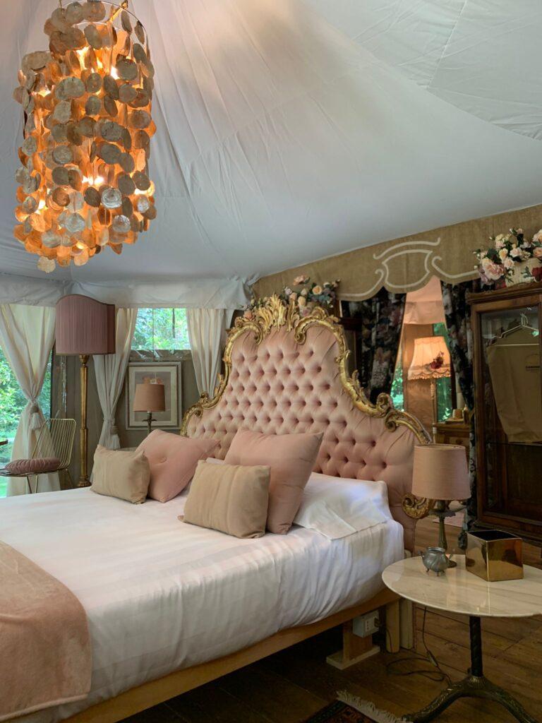Il sontuoso letto matrimoniale della luxury tent Le Rose del Glamping Canonici di San Marco