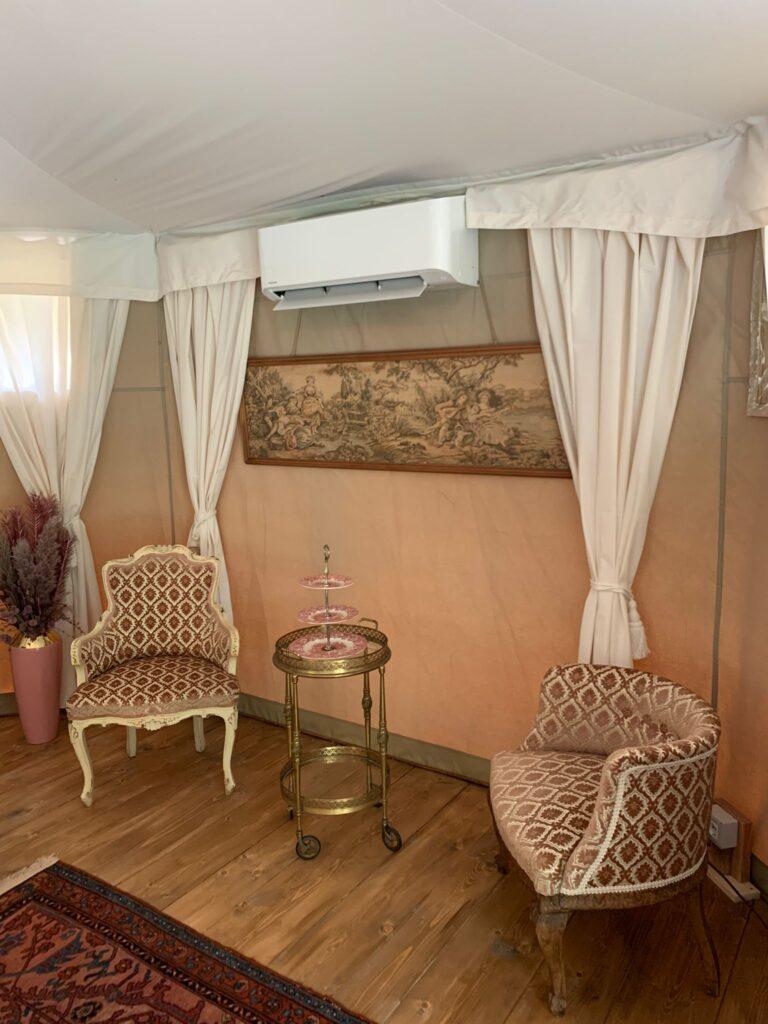 Le tende-suite del Glamping veneziano sono dotate di salottino relax e fornite di aria condizionata