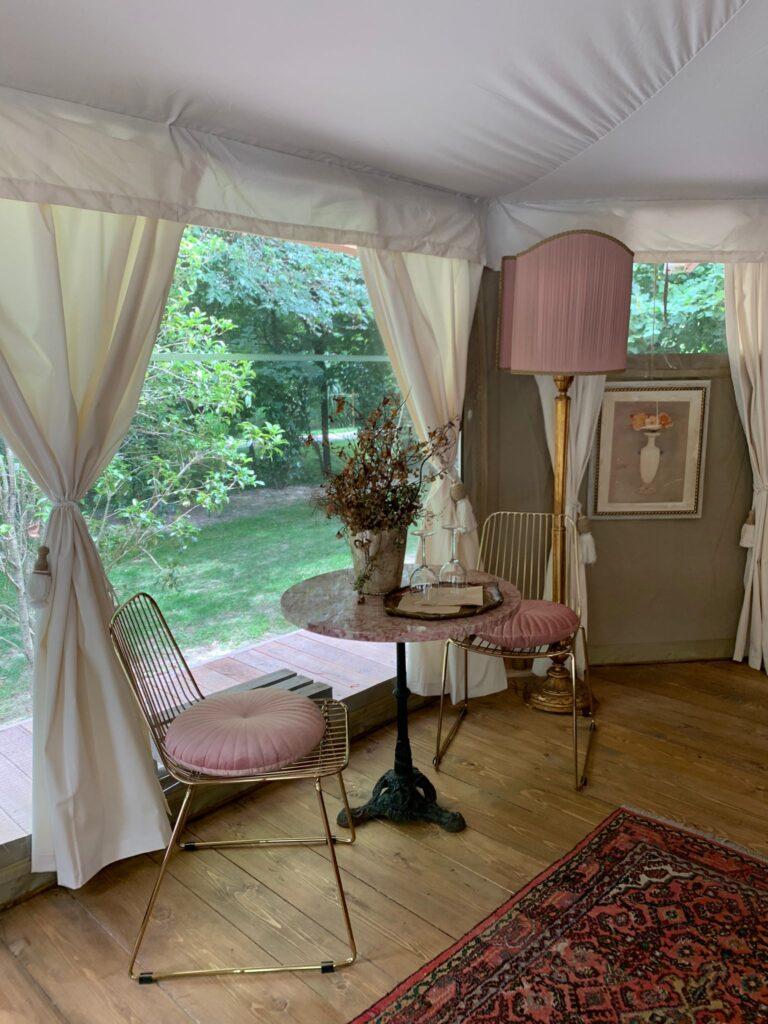 Il tavolino della suite Le Rose del Glamping Canonici di San Marco dà su una piccola veranda immersa nel verde