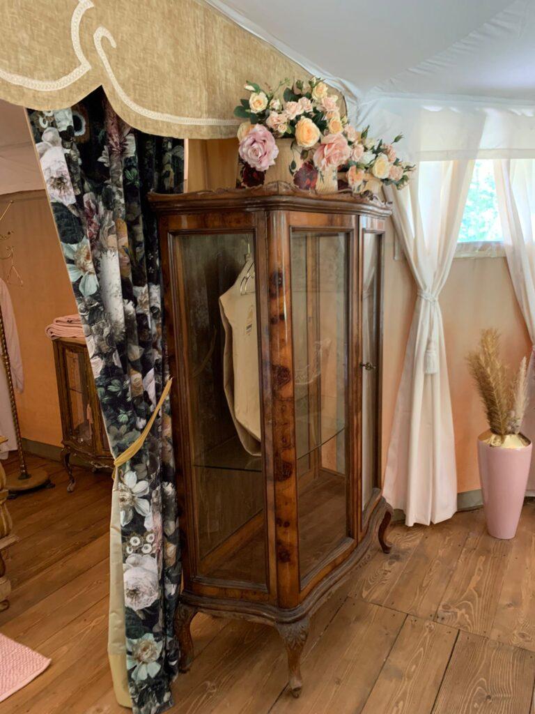 Gli arredamenti della Suite Le Rose, una delle luxury tent del Canonici di San Marco