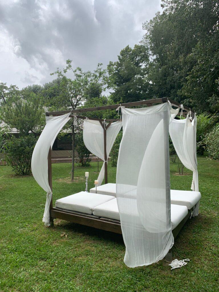 Un vero e proprio letto matrimoniale: il perfetto angolo relax all'esterno delle suite del Glamping