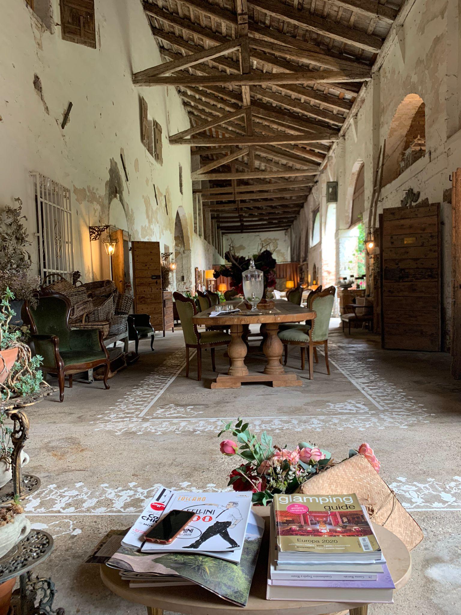 Gli spazi interni del casale dedicati al relax e alla lettura