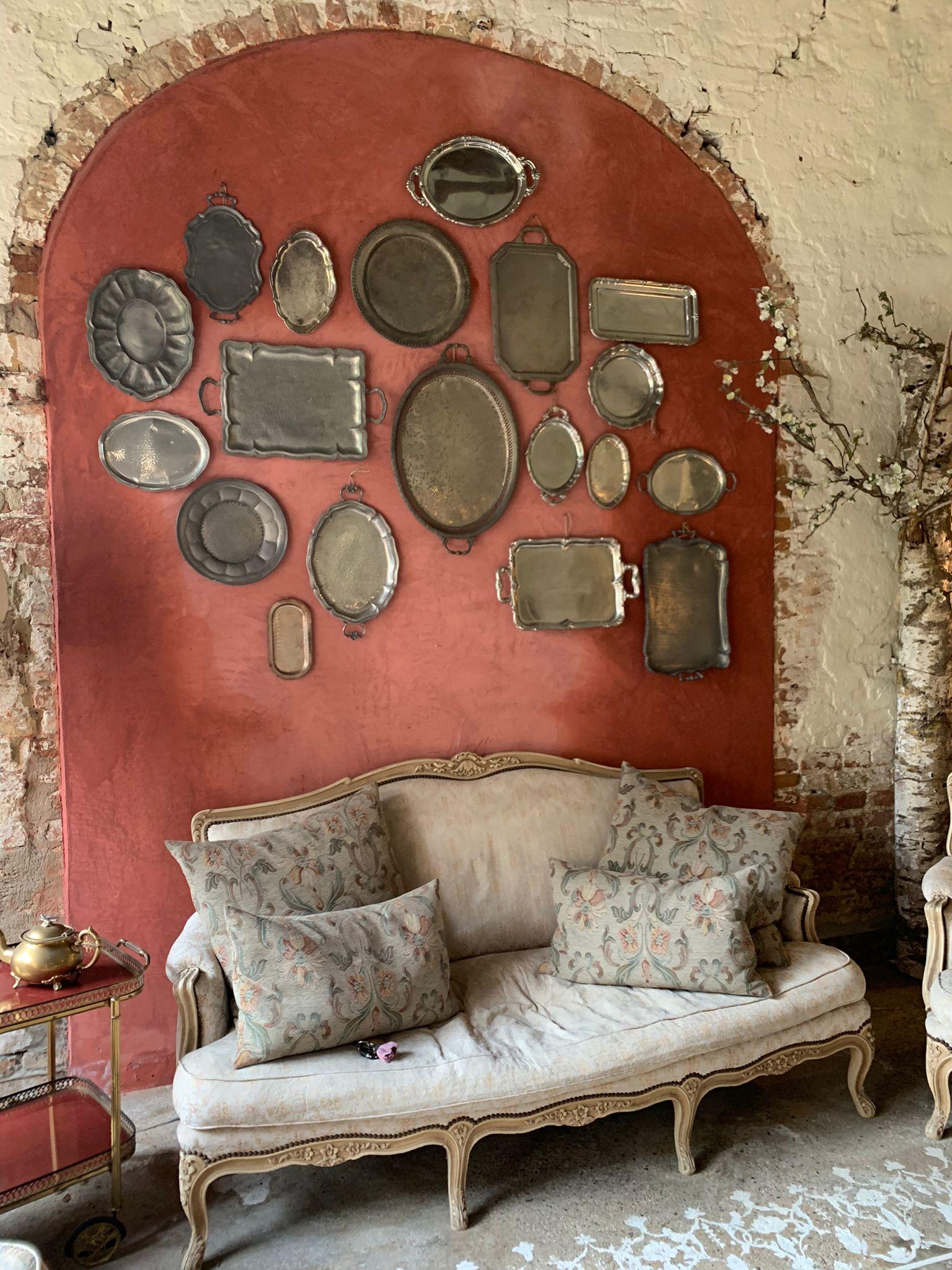 Un comodo divano dove rilassarsi all'interno del Casale