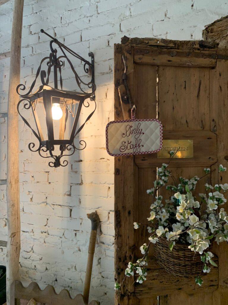 La porta della cucina del Glamping Canonici di San Marco