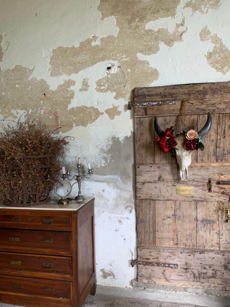 Gli arredi del casale ristrutturato rispettano il fondersi di lusso e natura tipico del glamping