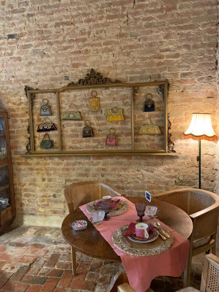Il salottino del casale, un angolo di pace dove sorseggiare un caffè al Glamping Canonici di San Marco