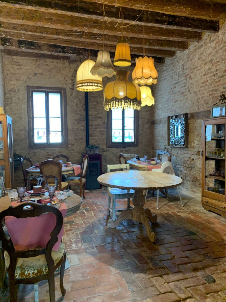 La sala interna del casale del '600 dove viene servita la colazione al Glamping Canonici di San Marco