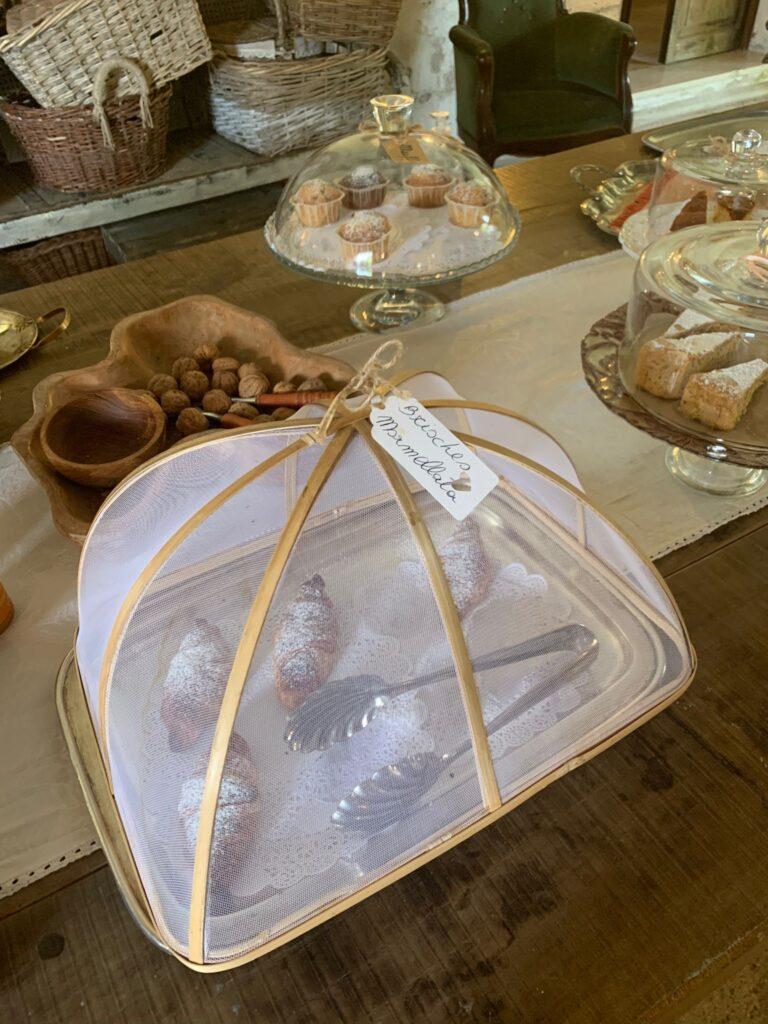 Brioche fresche, muffin e torte fatte in casa: la colazione del Glamping Canonici di San Marco
