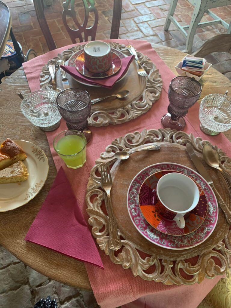 La colazione del Glamping Canonici di San Marco viene servita nel casale del '600 completamente ristrutturato
