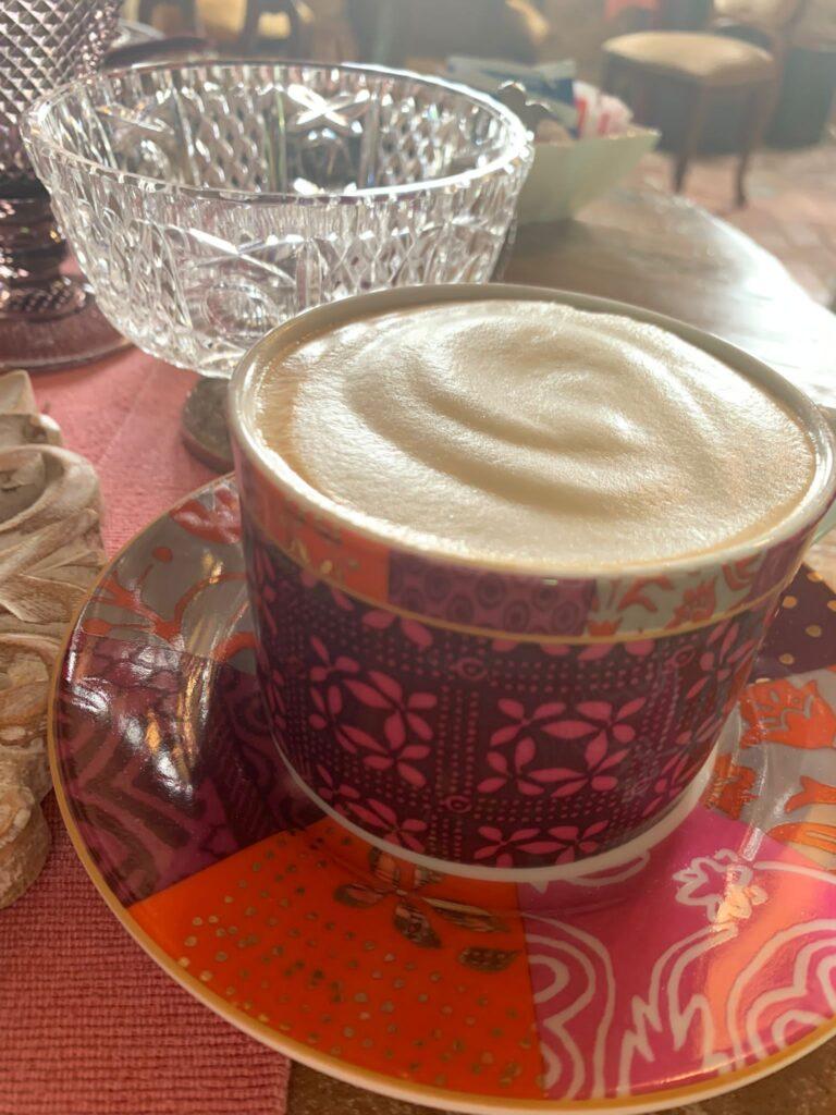 L'ottimo cappuccino servito a colazione presso il Glamping Canonici di San Marco, in provincia di Venezia