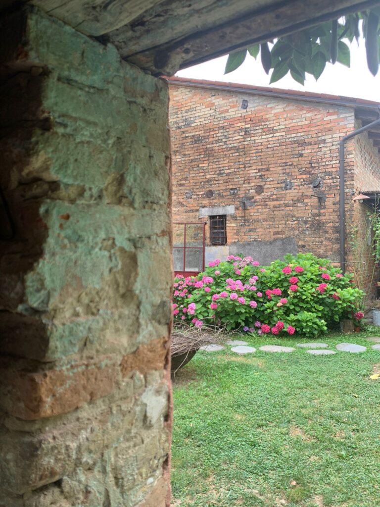 Uno scorcio del casale del '600, edificio principale del Glamping Canonici di San Marco