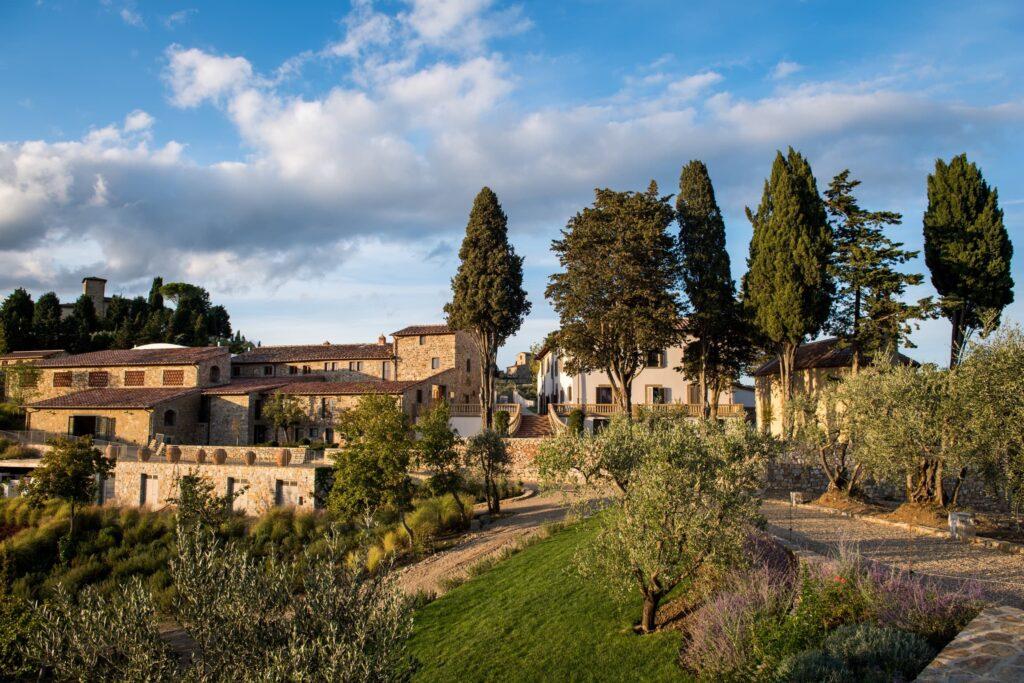 Immagine dell'esterno della Tenuta Casenuove che si affaccia su vigneti e oliveti
