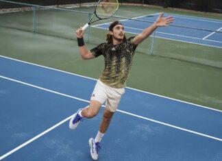 Il tennista greco Stefanos Tsitsipas, numero 3 al mondo, indossa il suo paio di Adidas Barricade sul campo