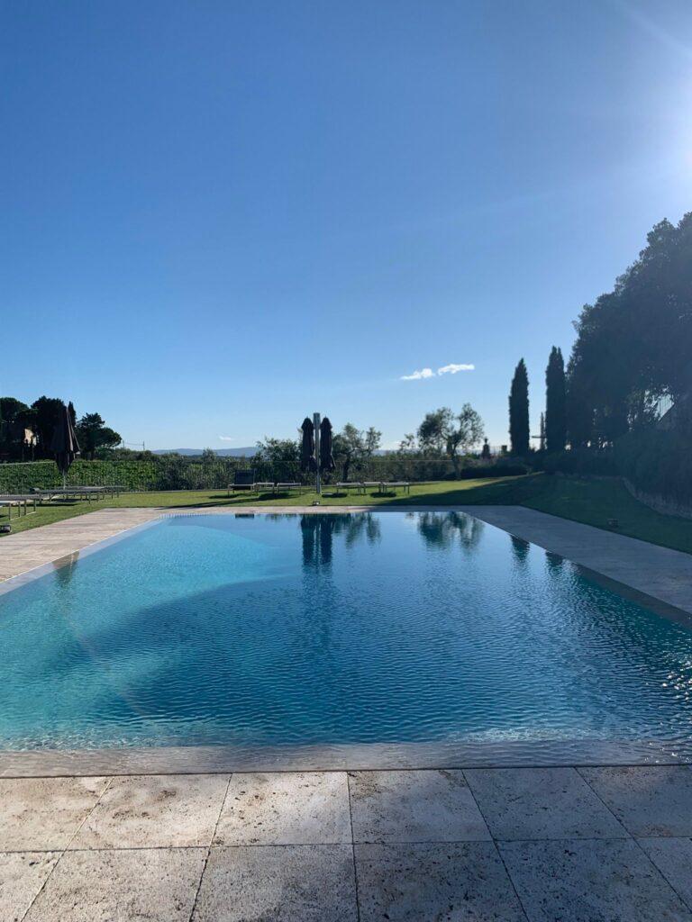 La piscina dell'Agriturismo interno alla Tenuta Casenuove di Panzano in Chianti