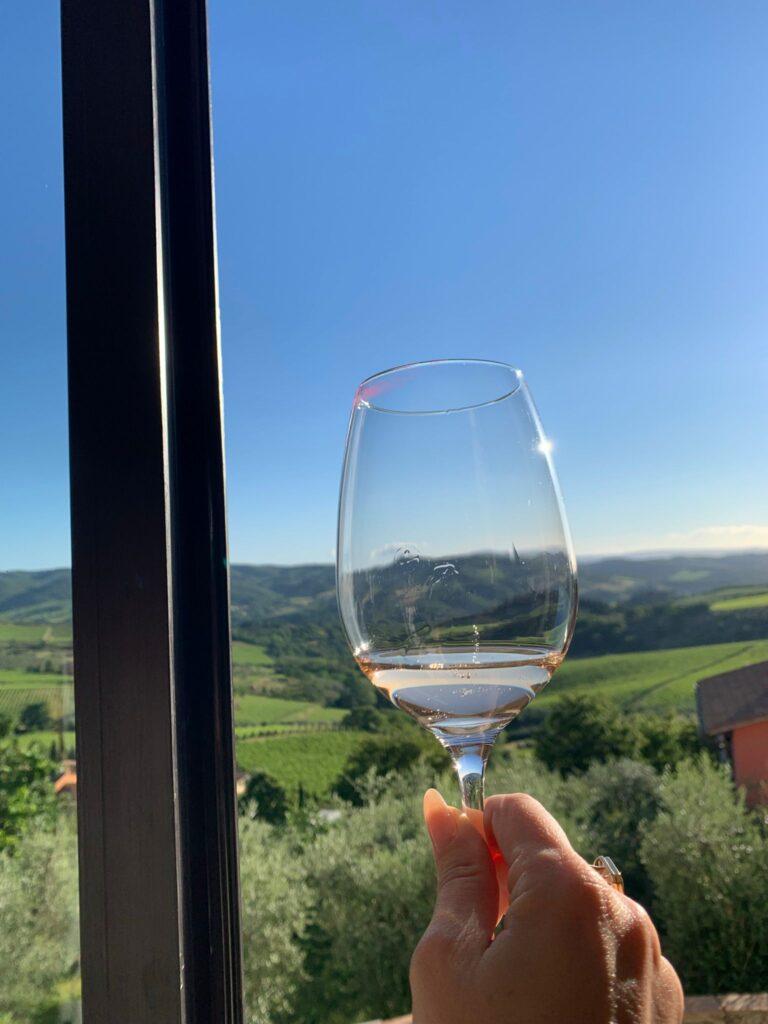 La vista sui vigneti invita al brindisi a Panzano in Chianti