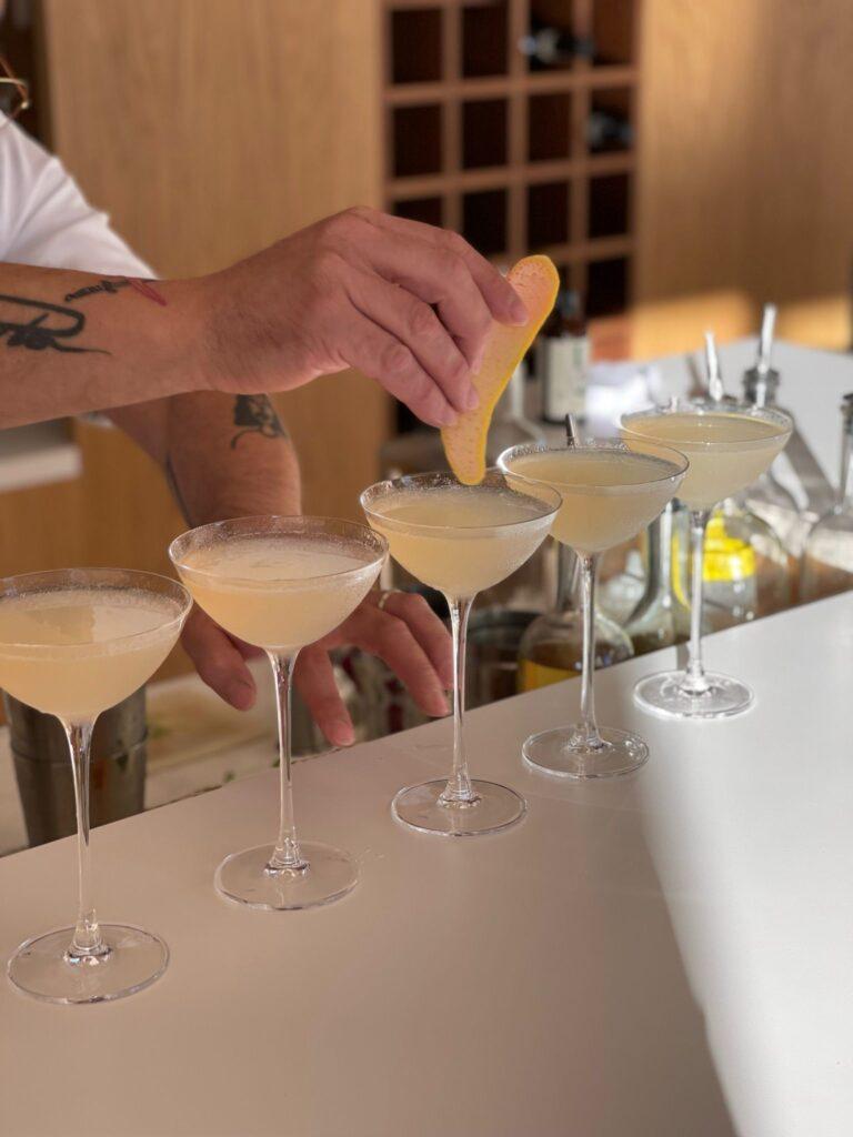 Nel cocktail bar della Tenuta Casenuove si possono gustare anche freschi aperitivi