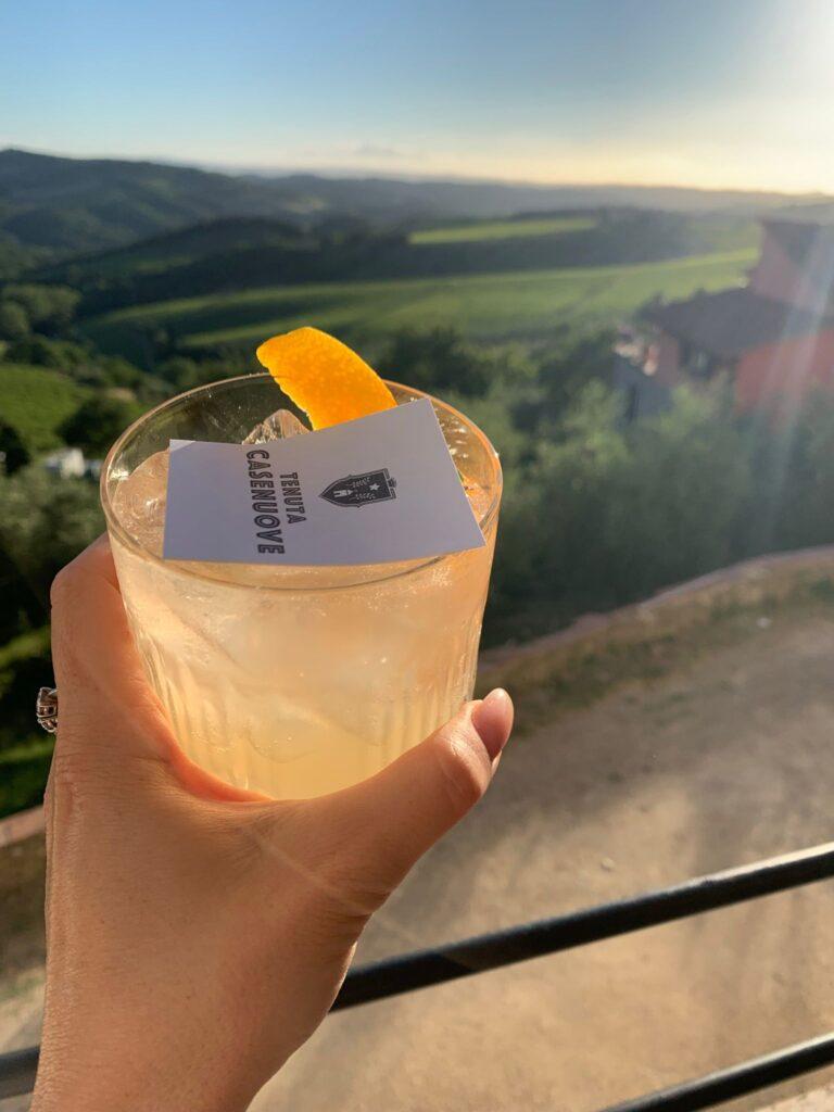 La cornice degli aperitivi nella Tenuta Casenuove è il meglio del Chianti: dolci colline e vigneti a perdita d'occhio