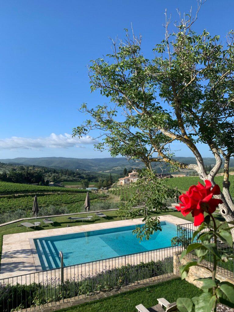 Il panorama e la piscina dell'Agriturismo che sorge all'interno della Tenuta Casenuove