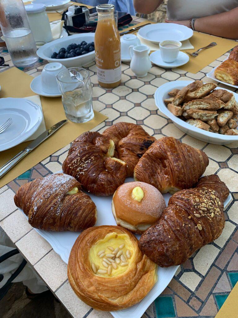 Brioche e cantucci per una colazione in agriturismo a Panzano in Chianti